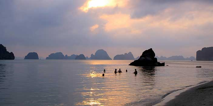 Thien Canh Son cave beach Bai Tu Long bay